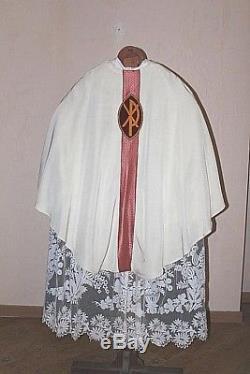 CHASUBLE DE PRETRE GOTHIQUE COMPLETE EN TISSU BLANC DECOR CHRISTIQUE MILIEU XXe