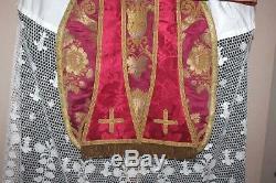 Chasuble Romaine de prêtre complète soie rouge décor broché de fil d' or XIXe