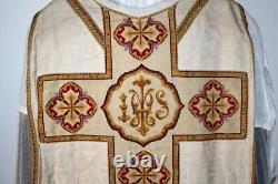 Chasuble Romaine de prêtre quasi complète blanche en soie damassée XIXe Siècle