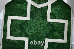 Chasuble Romaine de prêtre verte quasi complète en soie damassée fleurs XIXe