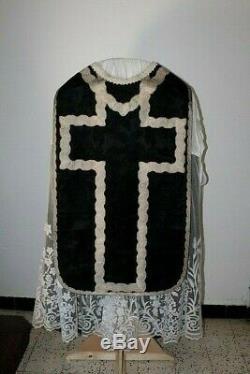 Chasuble de prêtre Romaine quasi complète en soie noire XIXe Siècle